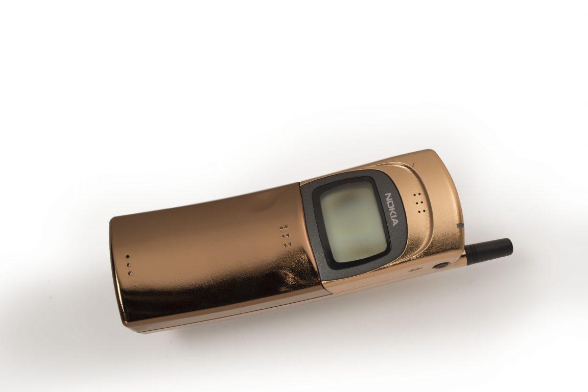Nokia 8110 matkapuhelin vuodelta 1996