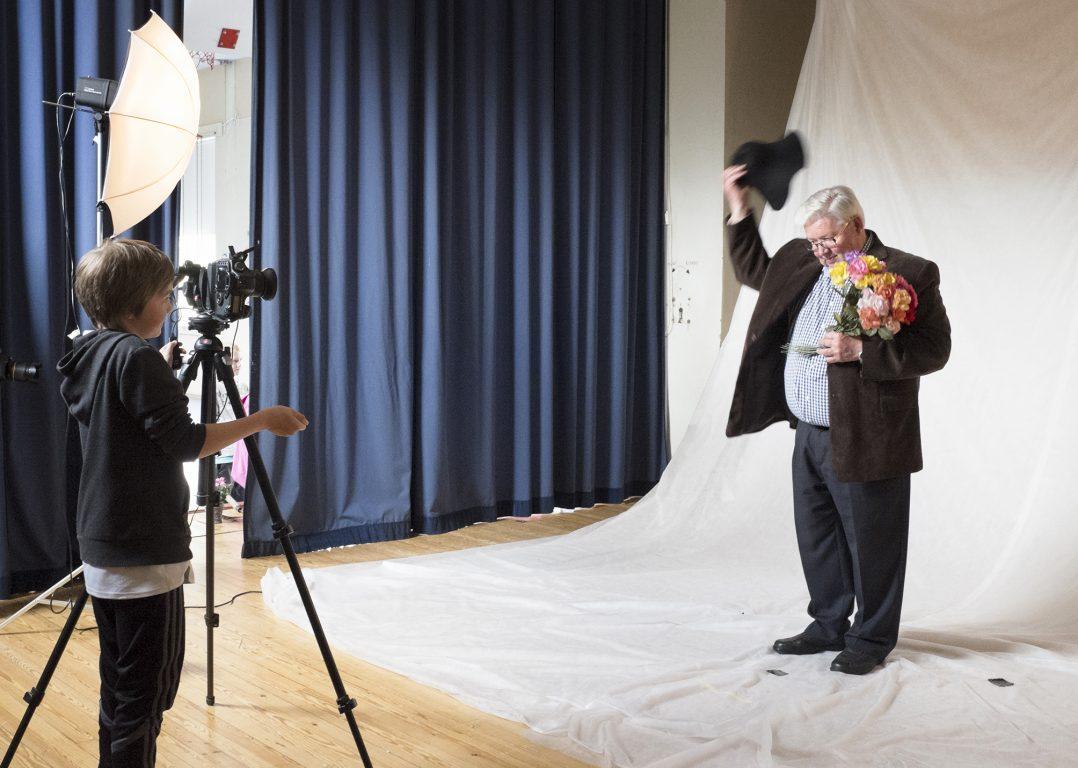 Koululainen valokuvaa nuorisoasioista vastaavaa virkamiestä studiossa.