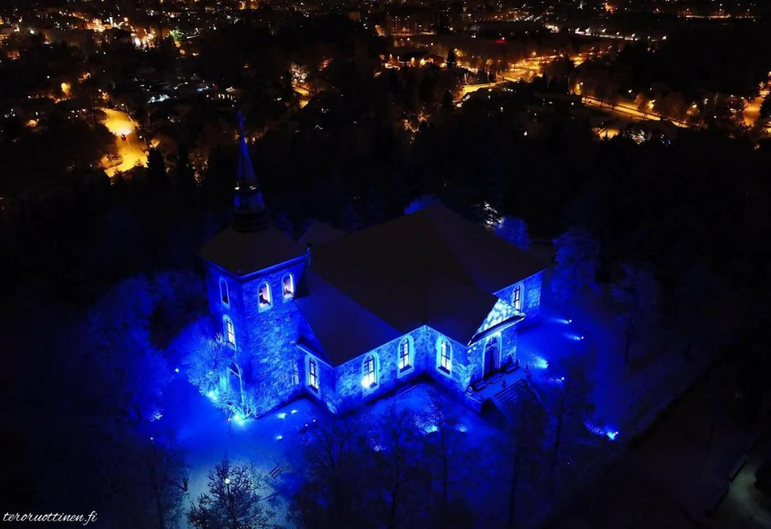 Uskelan kirkko valaistuna ylhäältä kuvattuna