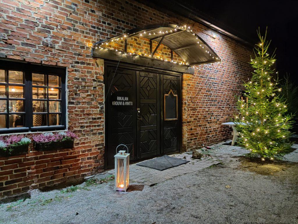 Tunnelmallinen Rikalan Krouvi tarjoaa joulupuuroa ja jouluisia herkkuja Rikalanmäen joulumyyjäisissä, Rikalanmäen joulumyyjäiset, tunnelmallinen Krouvin vintti, Riakalanmäen Paja-Rikala, joulumyyjäiset