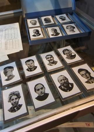 Useita vanhoja mustavalkoisia passikuvia