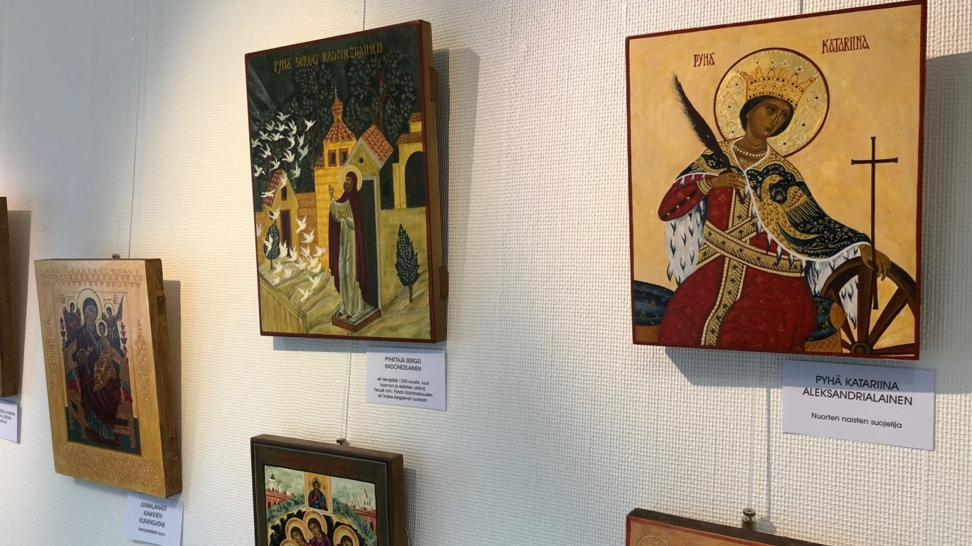 Ikonit kirjastossa -näyttely Kuusjoen kirjastossa